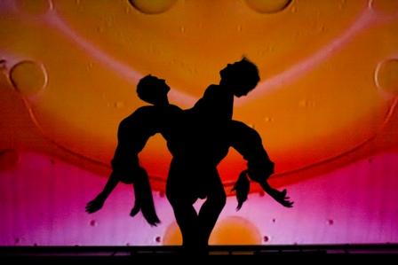 Al Teatro Nuovo di Milano FireFly, un viaggio tra danza e acrobazia