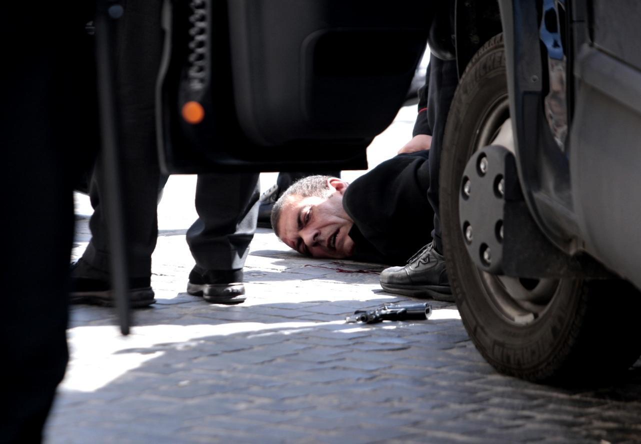 Un uomo impazza e spara a Roma, davanti Palazzo Chigi. Feriti due carabinieri e una donna