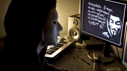 Anonymous: licenziato per collaborazione con il clan un giornalista di Reuters