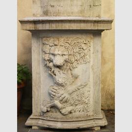 base_moderna_con_frammento_di_sarcofago_antico_large