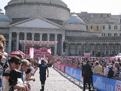 """Giro d'Italia: I """"207"""" sfilano in piazza del Plebiscito. Applausi, ma anche alcune novità…"""