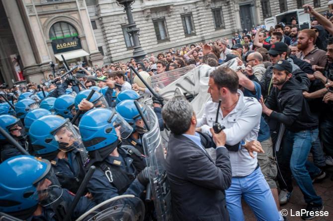 Tensione e scontri a Milano dopo lo sgombero del Centro Sociale Zam
