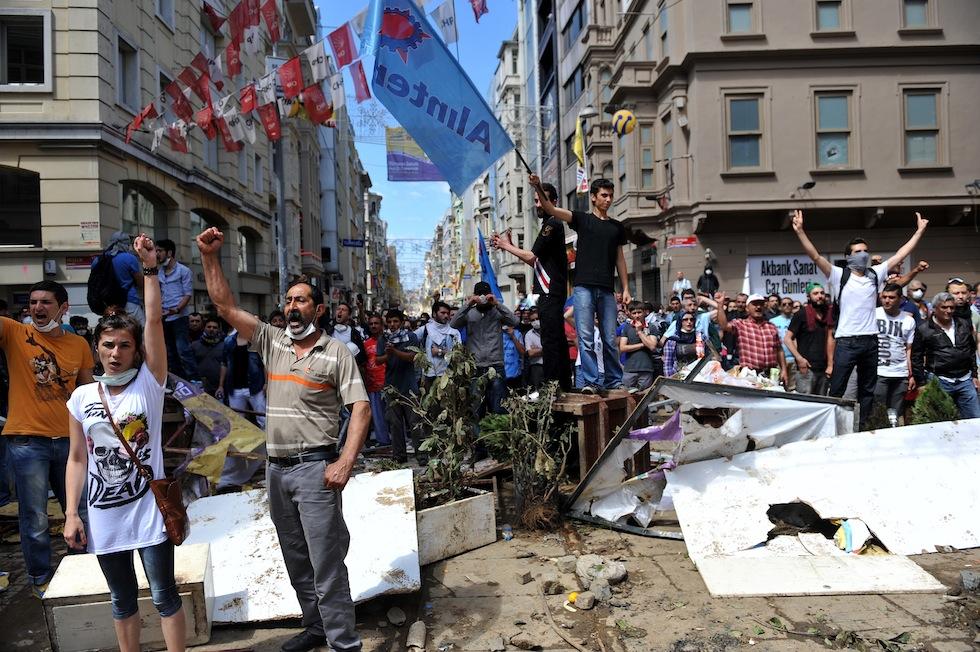 Turchia: i manifestanti sfidano il governo