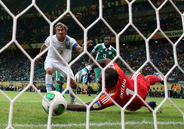 Forlan schianta la Nigeria: l'Uruguay ad un passo dalle semifinali…
