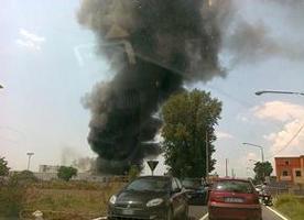 A fuoco fabbrica di cera nel Napoletano. Nessun ferito. Moltissimi i danni.