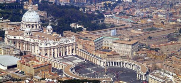 Vaticano: si dimette il direttore dello Ior ed il suo vice. Il Papa a sorpresa incontra i migranti a Lampedusa