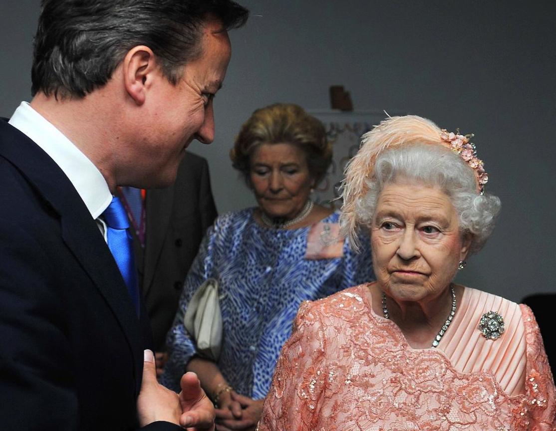 Gran Bretagna: Elisabetta II approva la legge sulle nozze gay