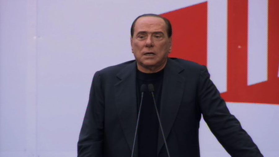 Berlusconi: Sono innocente e vado avanti. In 1500 ad applaudirlo, figuranti o militanti?
