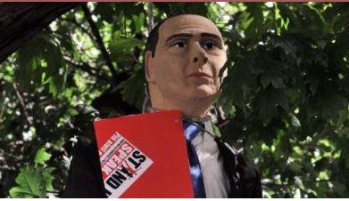 Berlusconi: trovato impiccato a Milano il suo fantoccio