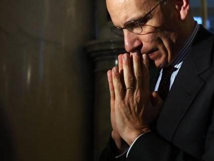 Enrico Letta in preghiera