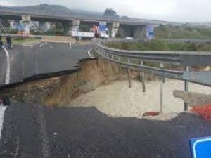 Un giorno di tregua dal maltempo, ma il ciclone lascia le sue ferite: crolla la superstrada Teramo – Mare