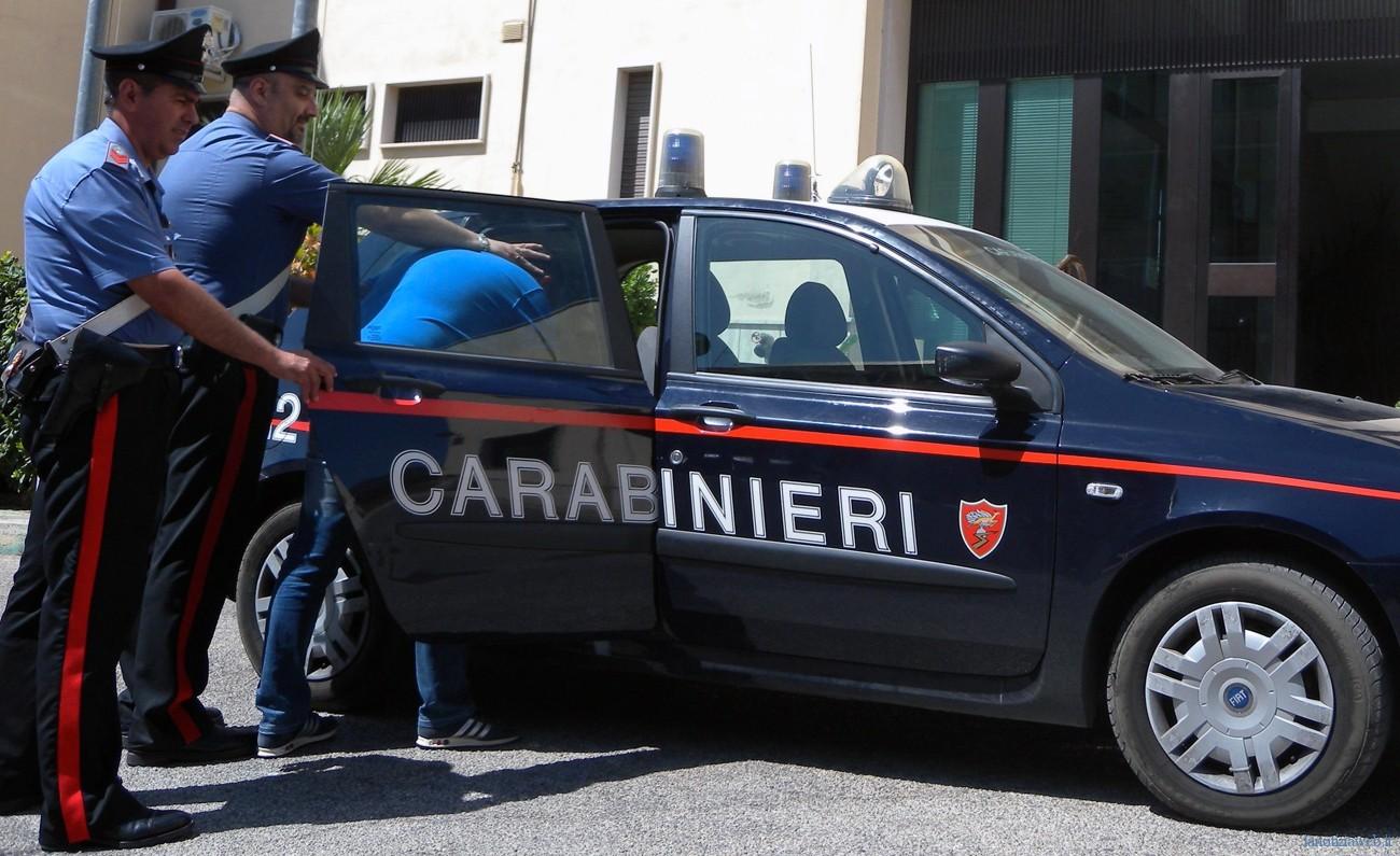 Roma, lancia l'acido contro la moglie: arrestato. Colpita anche la figlia 13enne