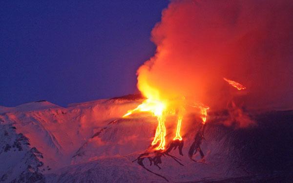 Etna: eruzione spettacolare. Chiuso l'aeroporto di Catania