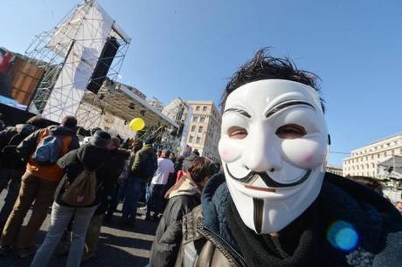 """V-day a Genova, Grillo attacca: """"impeachment per Napolitano"""". """"L'euro? una truffa, vogliamo il referendum""""."""