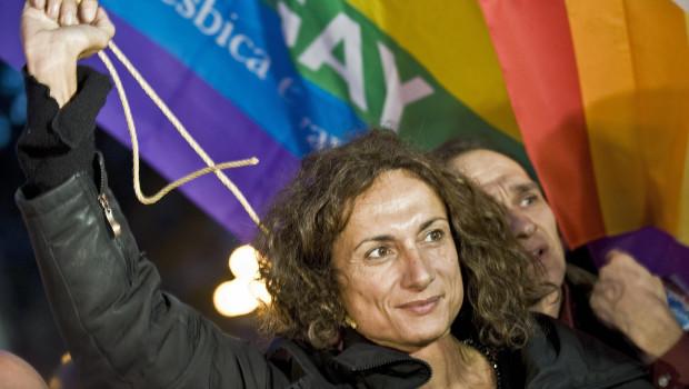 """Luxuria arrestata e poi liberata a Sochi. Sventolava una bandiera con scritto """"essere gay è ok"""""""
