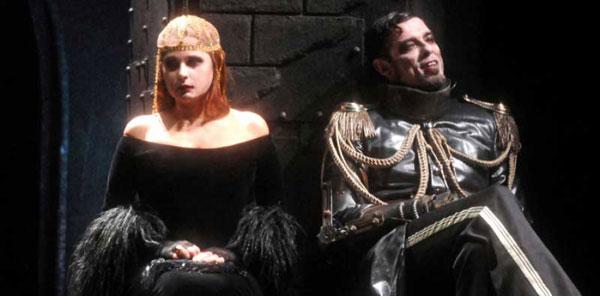 Gassmann – Riccardo Terzo maschera gotico-grottesca con effetti speciali che piace ai giovani