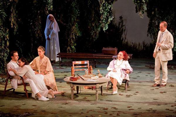 """""""Improvvisamente l'estate scorsa"""" al Teatro Bellini di Napoli, regia di Elio De Capitani"""