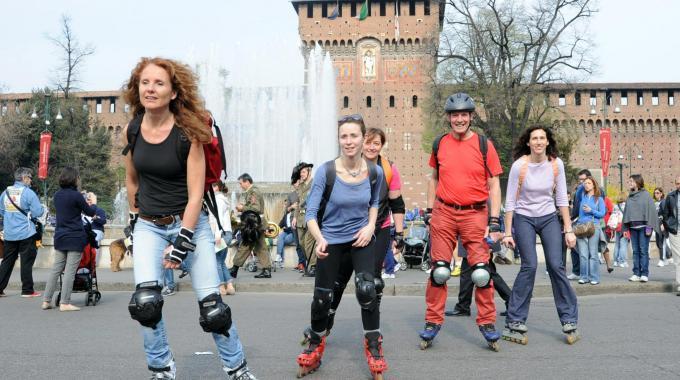 Piazza Castello una grande isola pedonale, cuore della lunga estate milanese