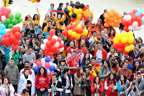Milano invasa per tre giorni da 800 studenti Erasmus che sfilano per la città