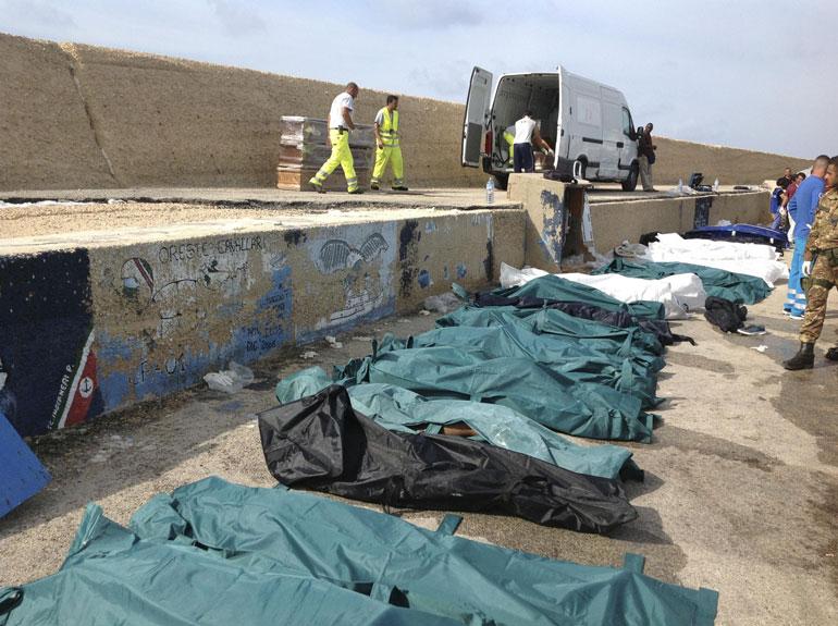 "Naufragio a Lampedusa, 17 vittime. Renzi: ""L'Europa salva le banche, non i profughi"""