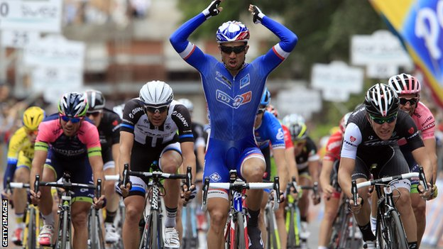 Giro d'Italia, 10 tappa: Nacer Bouhanni cala il tris. La Corsa Rosa ricorda Gino Bartali