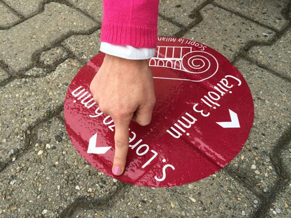 A spasso per il percorso della Milano Romana. Milanesi e turisti guidati da una segnaletica a terra, ma anche da targhe e mappe lungo il tragitto