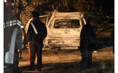 Uomo carbonizzato ritrovato in auto nel Casertano. In corso l'identificazione.