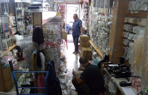 Via Rosmini, sequestrati dalla Polizia locale 110mila bracciali contraffatti in un negozio-magazzino