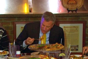 Il sindaco di New York, De Blasio a Napoli tra pizza e sorrisi