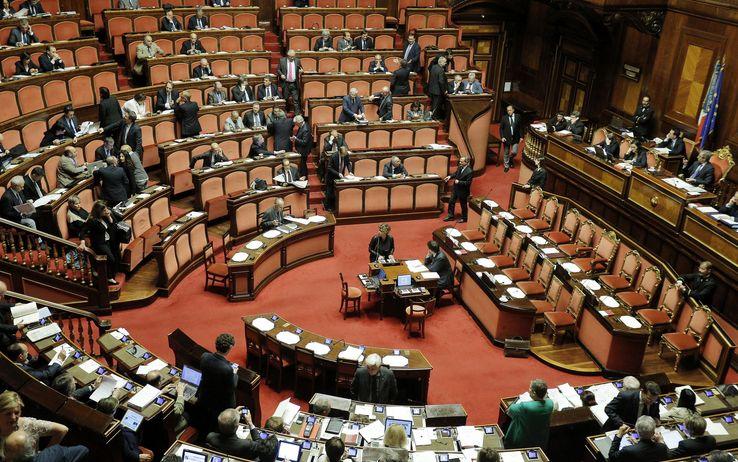 Il voto sulle riforme ha sollevato numerose polemiche: critiche dai senatori della maggioranza, l'opposizione abbandona l'aula