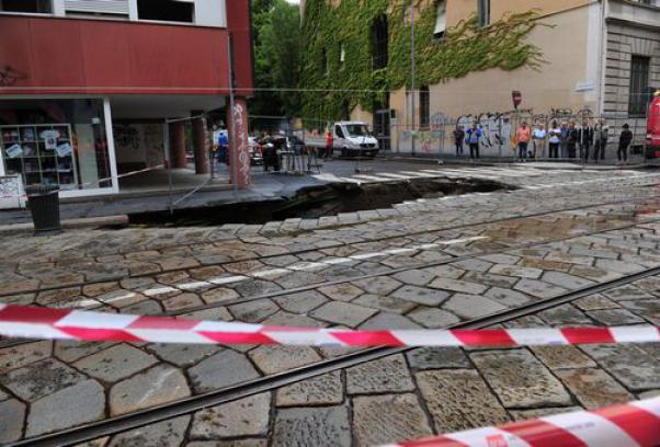 Corso di Porta Romana: rientrati a casa i condomini a rischio. Messa in sicurezza la carreggiata