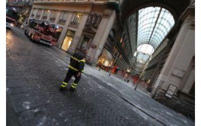 Napoli: preoccupanti le condizioni del ragazzo ferito in pieno centro da calcinacci…