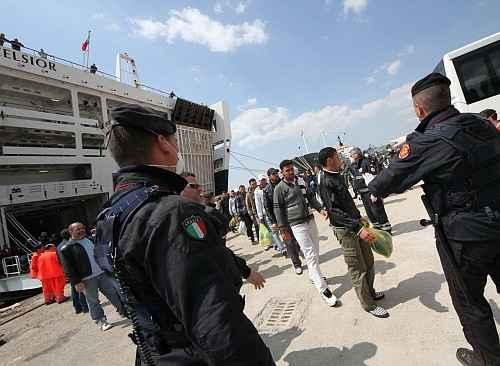 Napoli: sbarcati in città oltre 1000 profughi. Molti di questi sono bambini