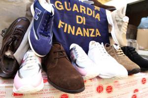 Scoperta fabbrica del falso nel Napoletano: sequestrati 120mila articoli.