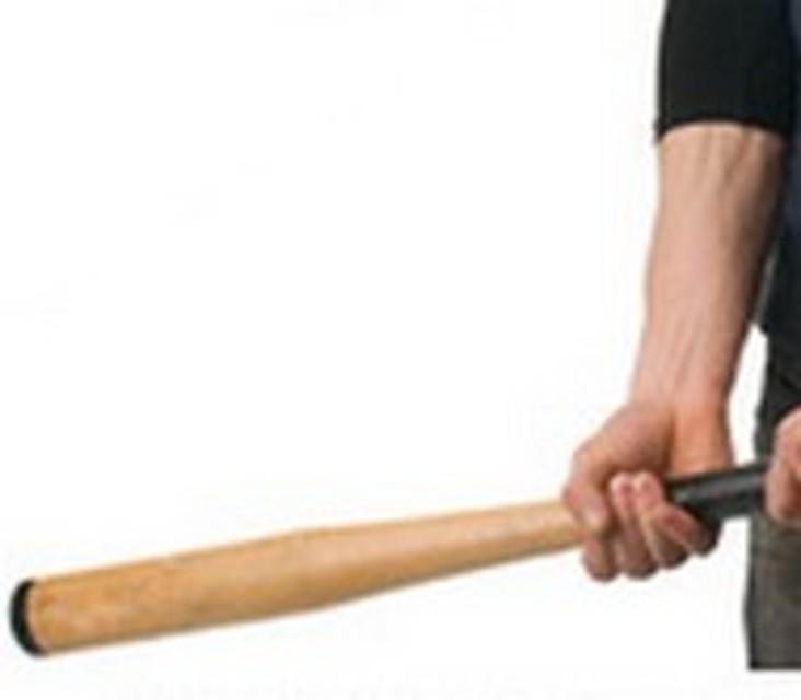Uomo nel Casertano ferisce gravemente la moglie con mazza di baseball