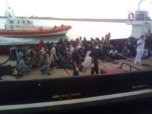 poliziotti-accolgono-migranti