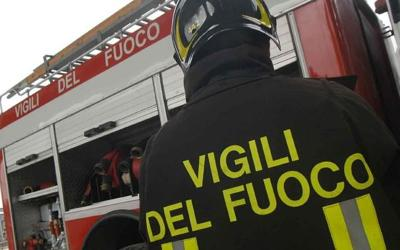 Incendio distrugge deposito di carta a Castellammare