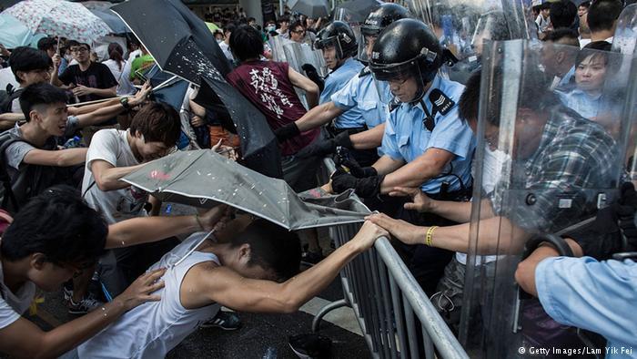Hong Kong, le proteste fanno crollare la borsa. Il governo ritira la polizia ma chiede uno stop