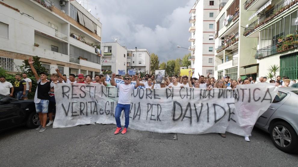 Napoli: sit in e preghiere in strada per il giovane ucciso da carabiniere