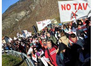 Proteste contro l'alta velocità, scontri con la polizia filmati dai No Tav