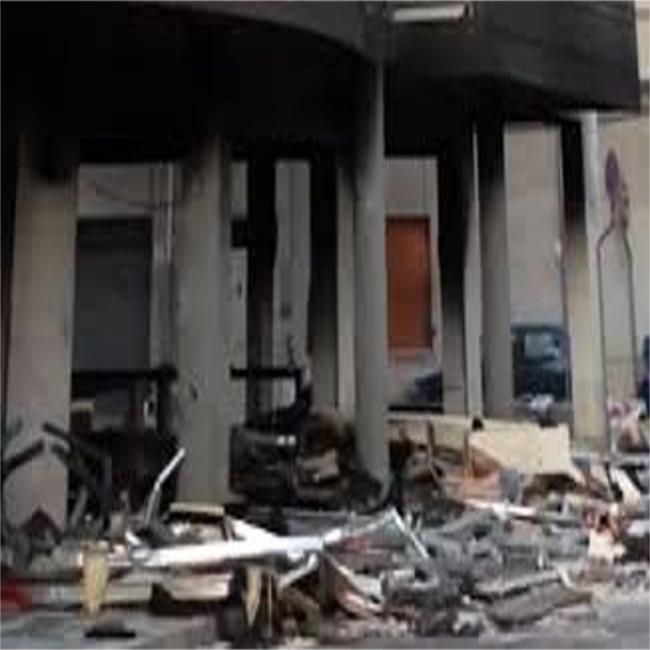 A fuoco un negozio di calzature, morto il probabile attentatore