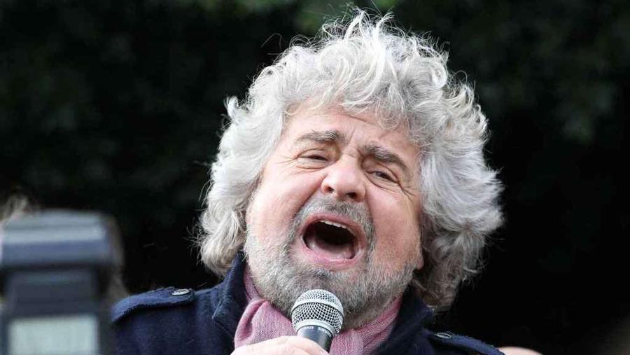 Grillo contro l'anno felix di Renzi : «È un bluff, il premier è un caso patologico»