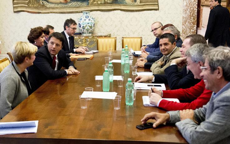 """AST, Renzi teme la piazza: """"Chiariremo quanto accaduto ma niente strumentalizzazioni"""". Il Governo incontra i sindacati su vertenza e scontri"""