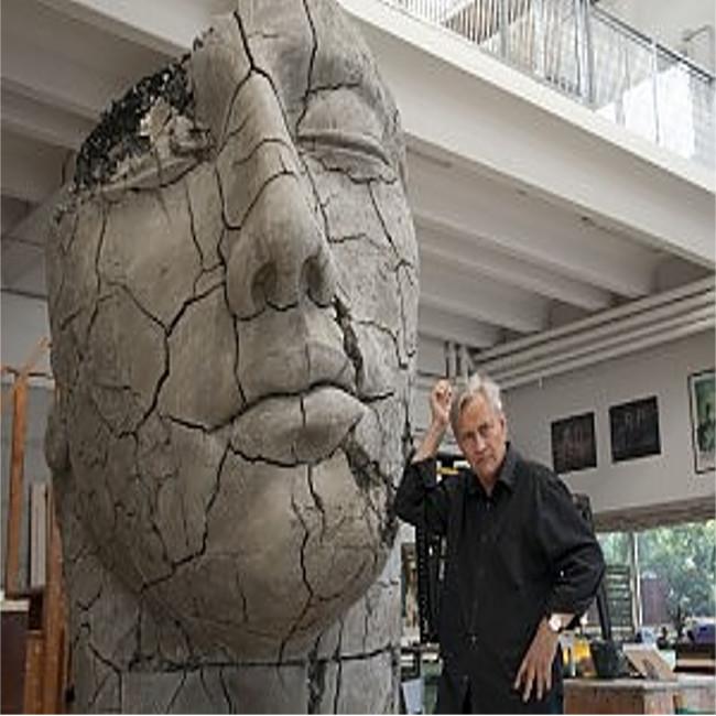 Pietrasanta saluta Igor Mitoraj, oggi i funerali del grande scultore