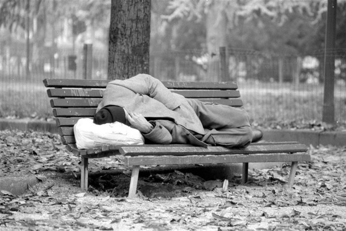 Appello del Comune per i senzatetto. Si raccolgono coperte e indumenti