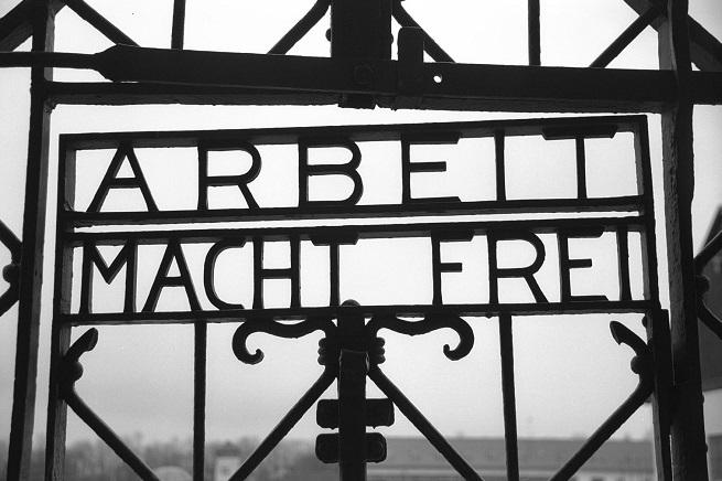 """Dachau: Rubata la targa con la scritta  """"Arbeit Macht Frei"""" (Il lavoro rende liberi"""")"""