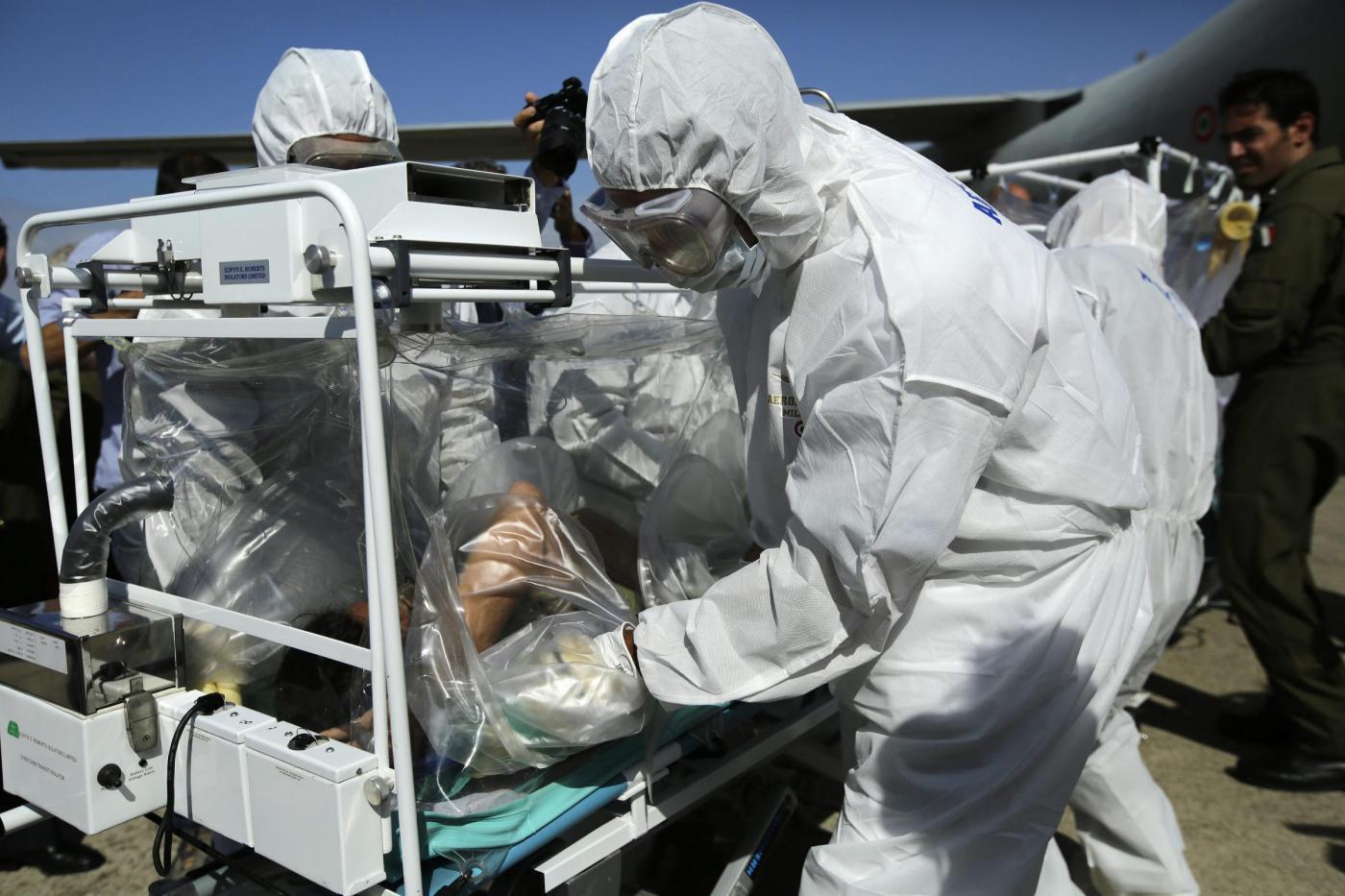 Stabili le condizioni del medico italiano in cura per l'Ebola, «è forte e autonomo»