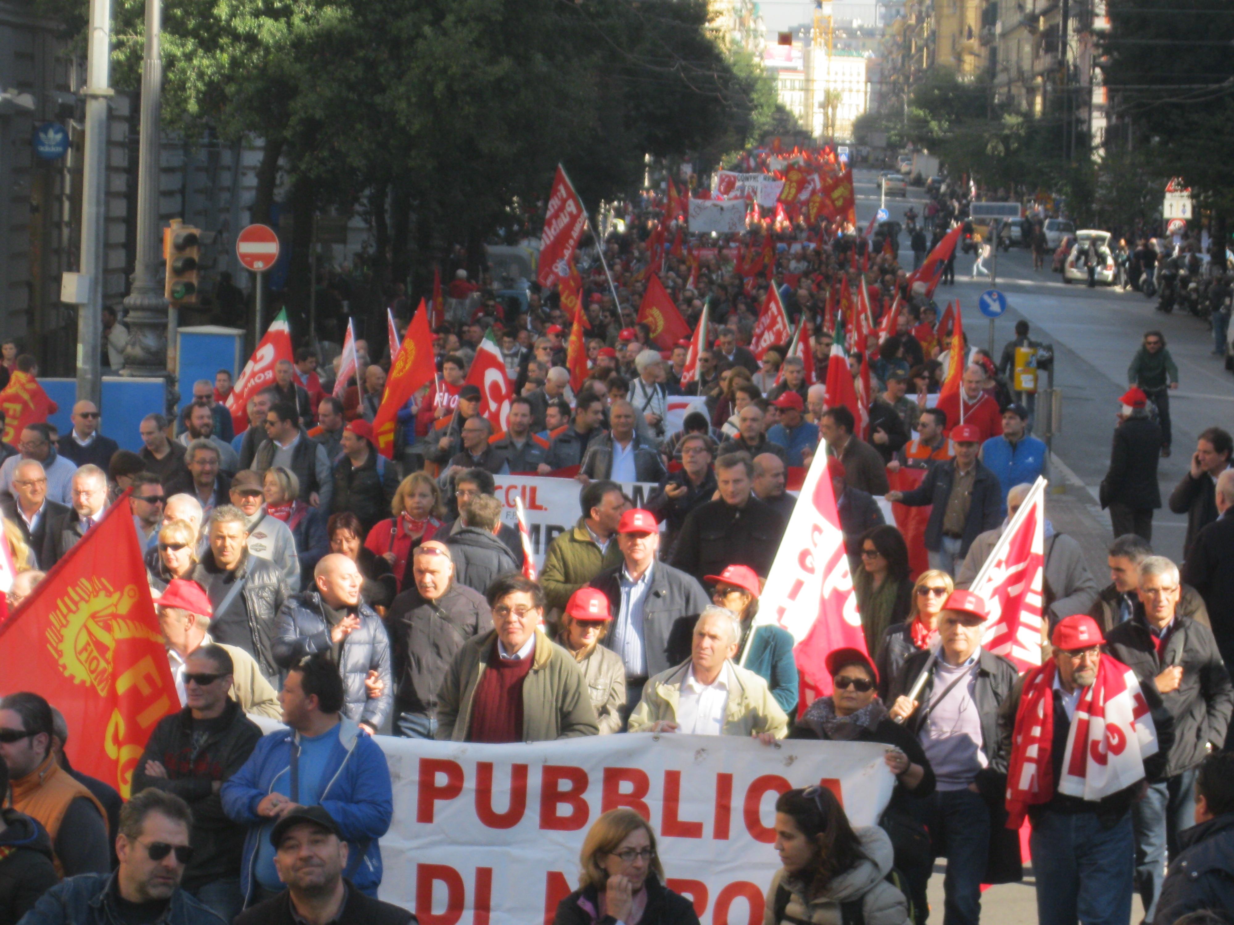 Metalmeccanici in piazza a Napoli: un fiume in piena per cambiare la politica del Governo