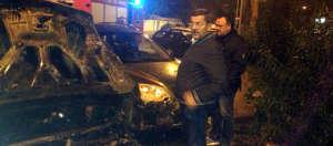 Il sindaco Consales accanto alla sua auto distrutta-2