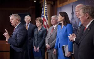 Lindsey Graham accompagnato dai senatori repubblicani